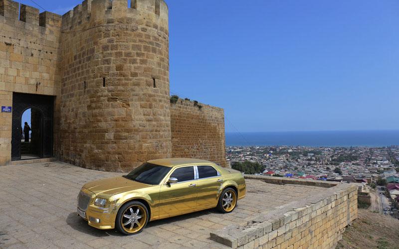 Позолоченный Крайслер для свадебных церемоний перед крепостью Нарын-Кала, Дербент. Этой крепости более 5 тысяч лет и это старейший город России, но праздновать будут 2 тысячи лет, так приказала власть