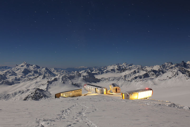 Эко-отель LEAPRUS в полнолуние, на склоне Эльбруса, высота 4 000 метров над уровнем моря