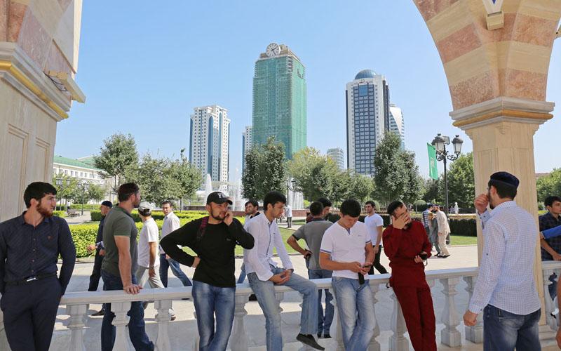 Грозный, молодые чеченцы после пятничной молитвы в мечете Сердце Чечни