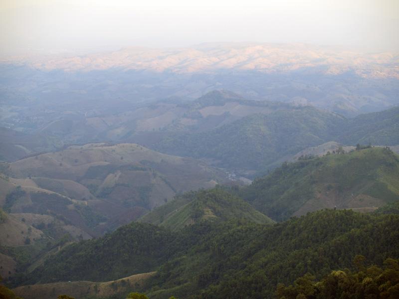 Дальние горы в лучах заката