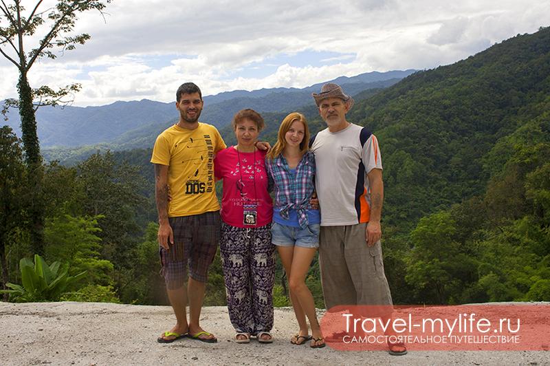"""Мои родители приехали посмотреть как живут дети в Таиланде! Мы сразу повезли родителей на север Таиланда в деревушку """"Пай"""". Остановившись в 30 километрах от Пая, сделали эту фотографию."""