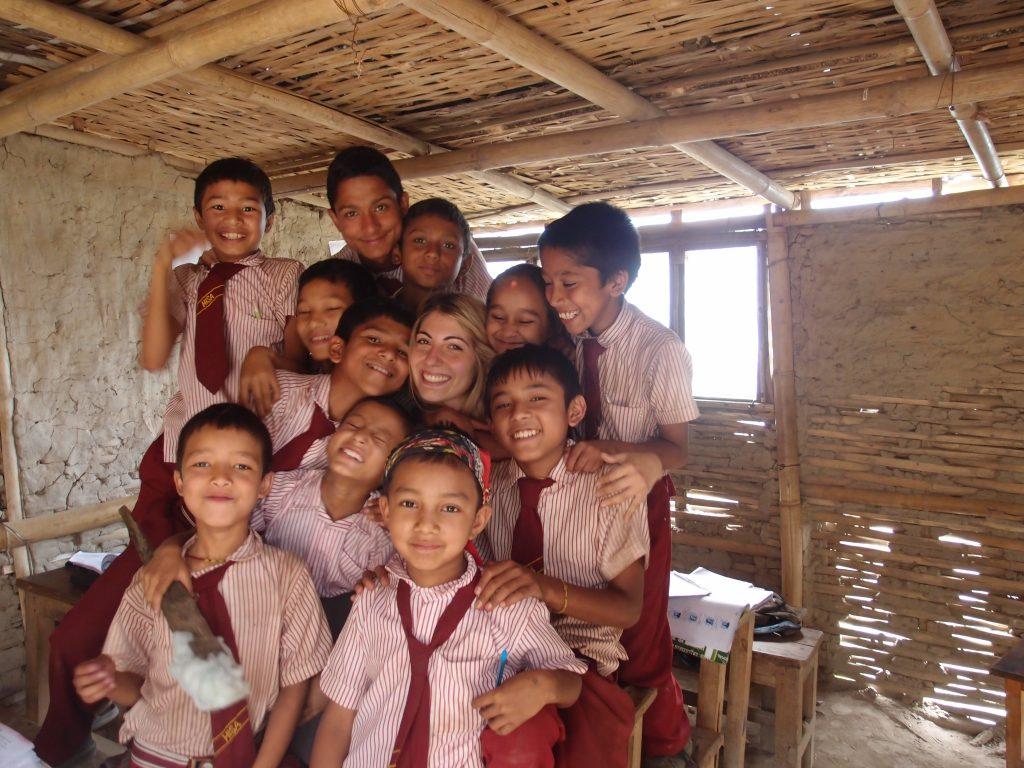 Волонтер занимается с местными детьми