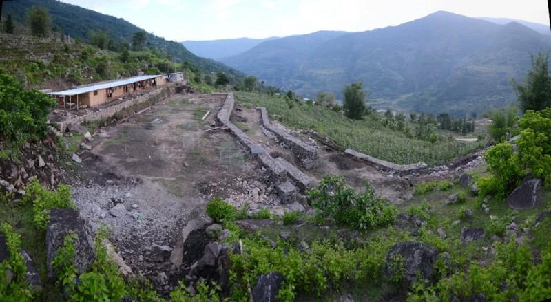 Слева волонтерский дом. Ниже по склону стройка школы.